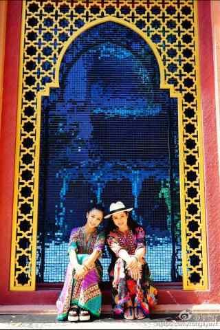 董璇和佟丽娅闺蜜出游自拍图片手机壁纸