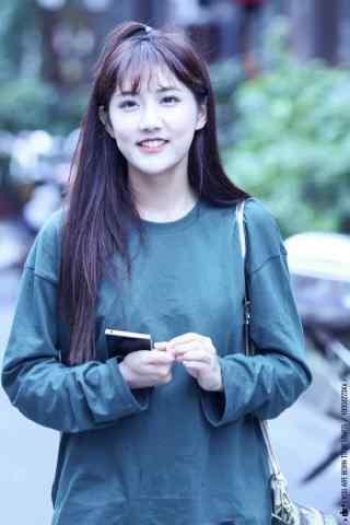 李艺彤甜美私服照手机壁纸