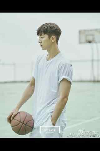 南柱赫白色t恤帅气篮球场造型手机壁纸