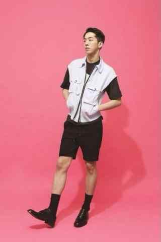 南柱赫时尚短裤造型粉色背景手机壁纸