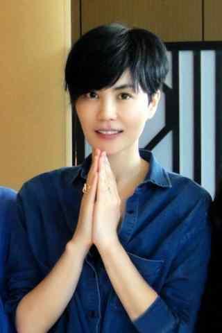 王菲时尚短发双手合十虔诚图片手机壁纸