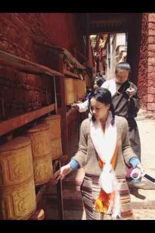王菲西藏拜佛转经图片手机壁纸