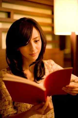 美女明星佟丽娅看书图片手机壁纸