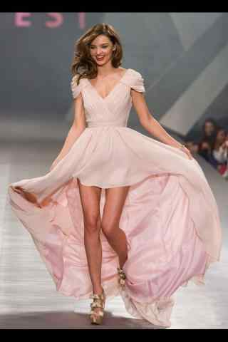 超模可儿粉色长裙可爱走秀图片