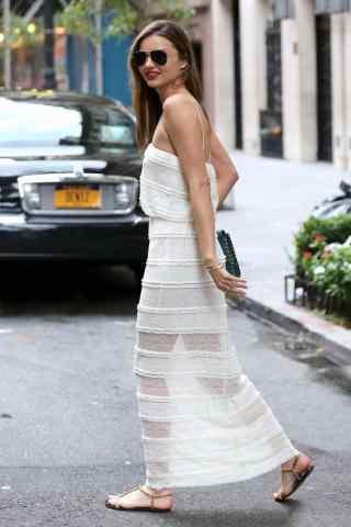 模特米兰达可儿白色长裙街拍图片