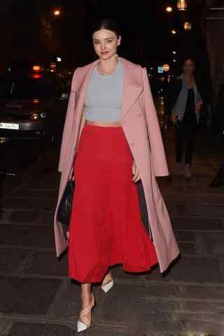 米兰达可儿红色长裙气质街拍
