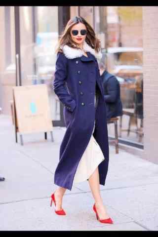 米兰达可儿美丽红唇大衣造型街拍壁纸