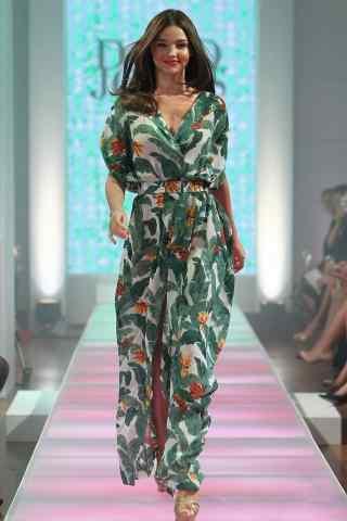 米兰达可儿小清新长裙造型走秀照
