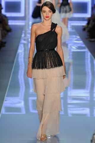国际名模米兰达·可儿时尚蛋糕裙走秀图片