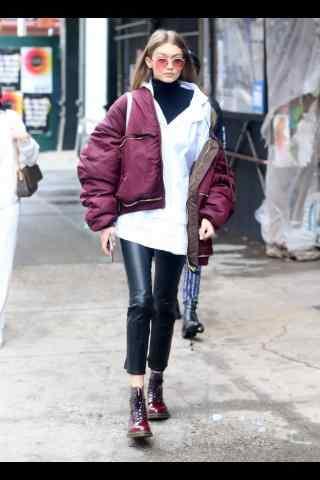 gigi帅气面包服配皮裤造型时尚街拍
