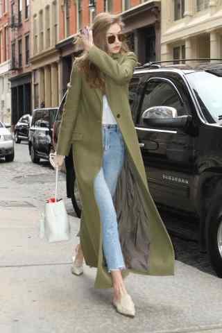 超模gigi绿色大衣时尚街拍图片