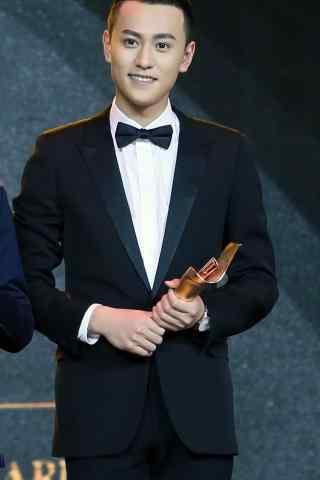 秦俊杰参加颁奖典礼手机壁纸