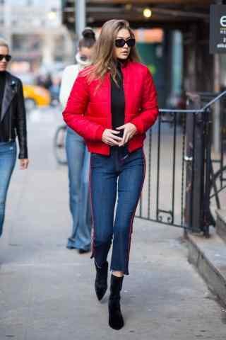 美女模特gigi红色上衣时尚街拍