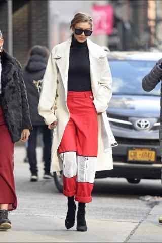 gigi白色大衣配红色阔腿裤个性街拍