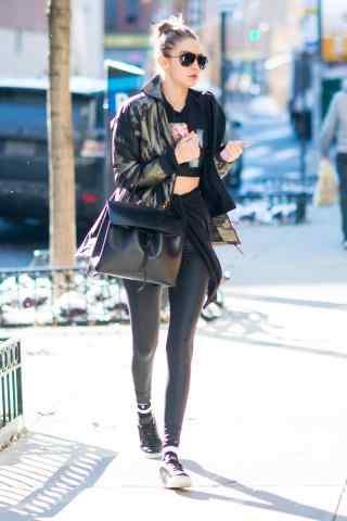 超模Gigi Hadid时尚皮裤造型街拍