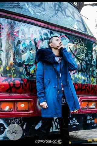 秦俊杰时尚嘻哈街拍蓝色大衣手机壁纸