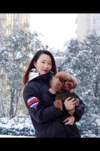 王梓桐雪中抱着泰