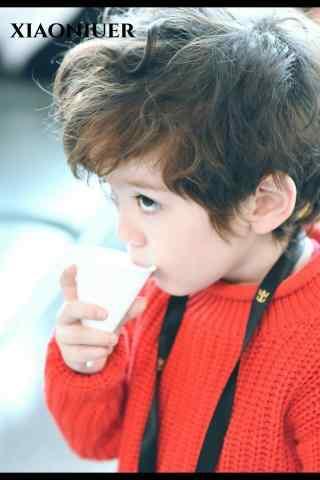 萌娃jackson正在喝奶粉手机壁纸