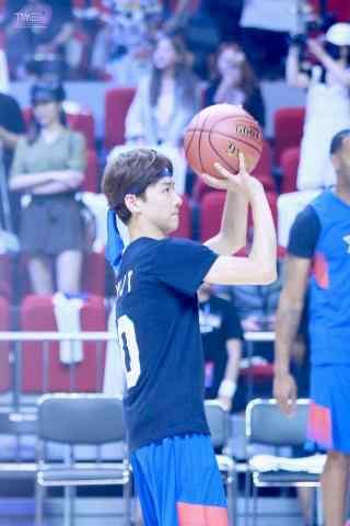 篮球赛白敬亭投篮手机壁纸