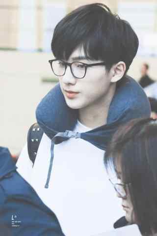 机场戴眼镜小哥哥李宏毅手机壁纸