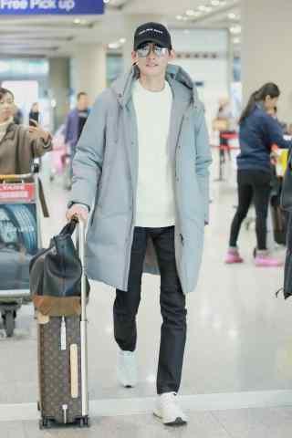 机场帅气行走的张翰手机壁纸