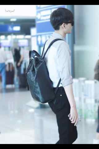 机场等待的白衣哥哥张翰手机壁纸