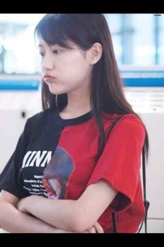 嘟嘴卖萌的李艺彤小姐姐手机壁纸