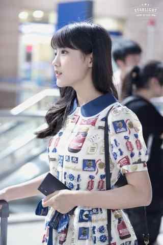李艺彤青春活力机场图手机壁纸