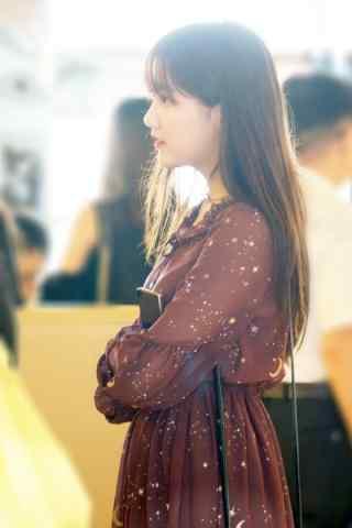 李艺彤机场可爱侧脸手机壁纸