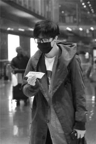 薛之谦机场照黑白手机壁纸