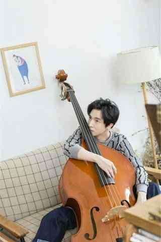 薛之谦抱大提琴写真手机壁纸