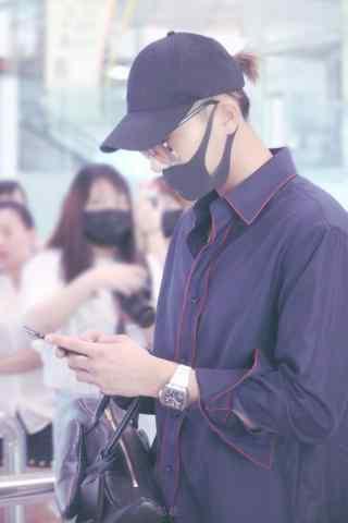 黄子韬机场帅气低头玩手机图片