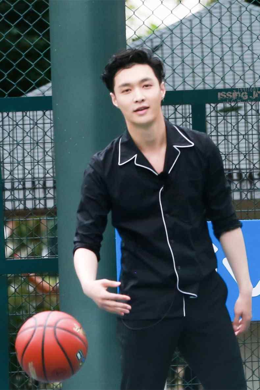 极限挑战运动篮球少年张艺兴手机壁纸