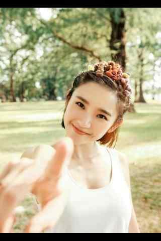 张若昀女友唐艺昕甜美手机壁纸