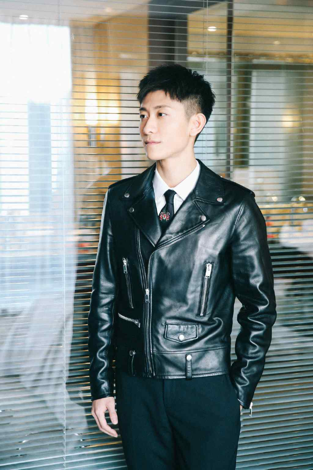 张一山黑色皮衣帅气写真图片
