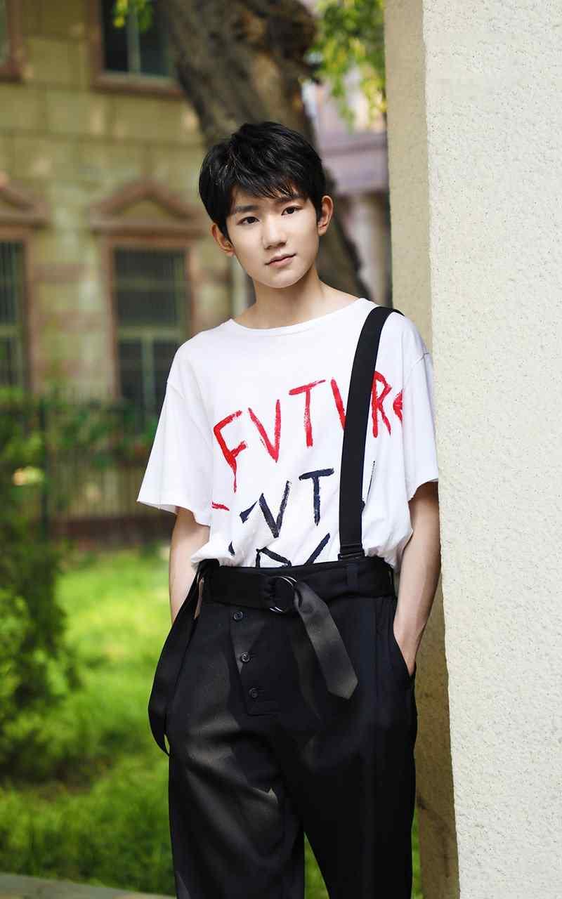 王源清爽阳光最新时尚街拍手机壁纸下载
