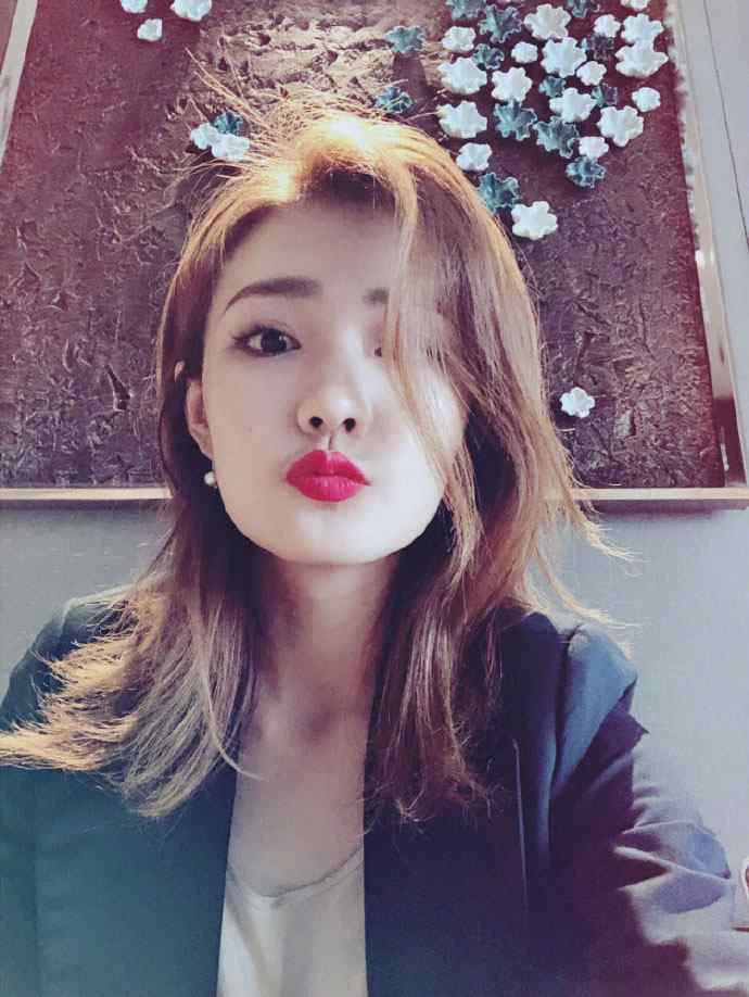 徐璐撩人红唇性感自拍照图片