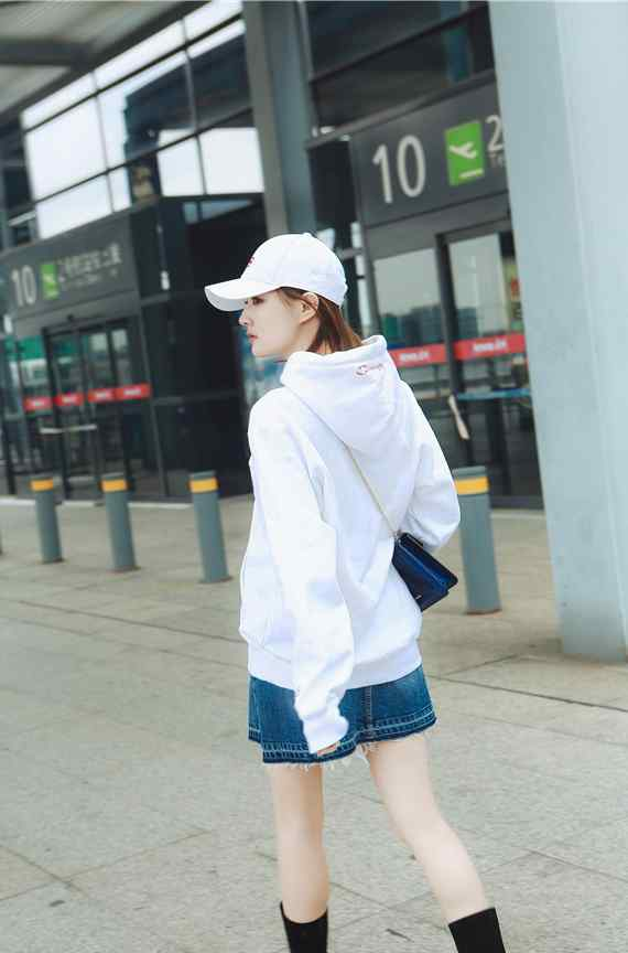 徐璐卫衣短裙秋日机场写真图片