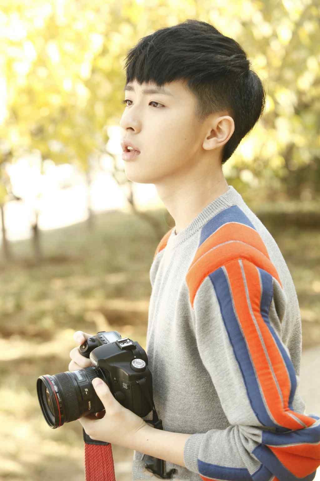 张逸杰化身秋日里的摄影师唯美写真图片