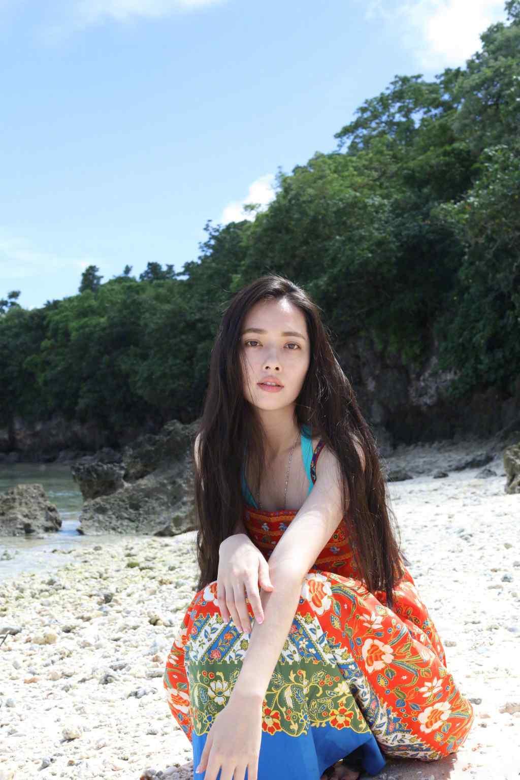 郭碧婷吊带裙海边清凉写真图片