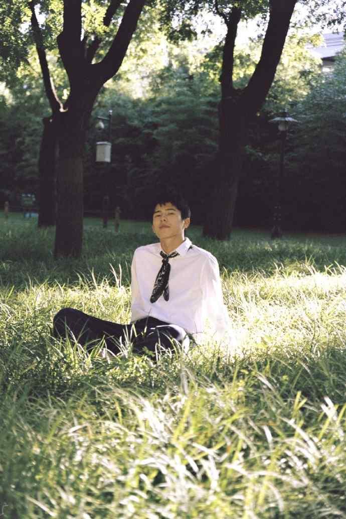 刘昊然青春校园风活力写真