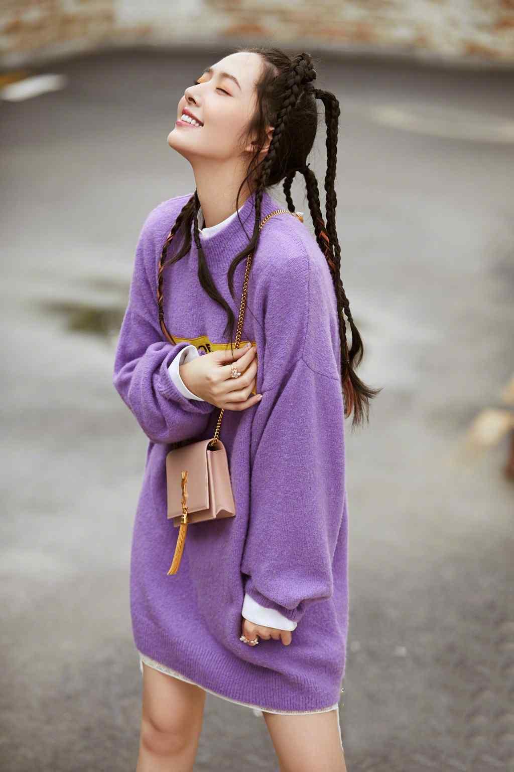 郭碧婷麻花辫紫色毛衣性感街拍图片