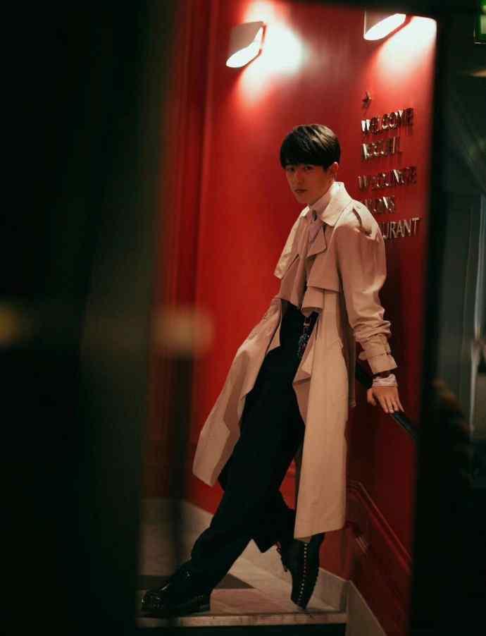 刘昊然品牌发布会帅气风衣写真