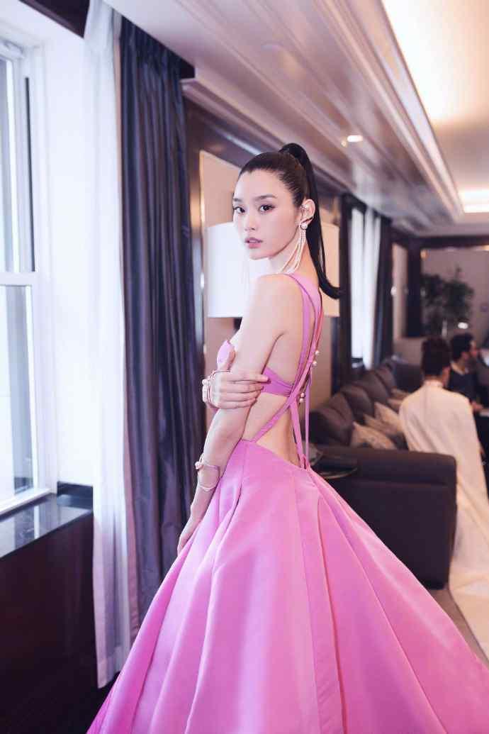 奚梦瑶粉色长裙优雅性感写真图片
