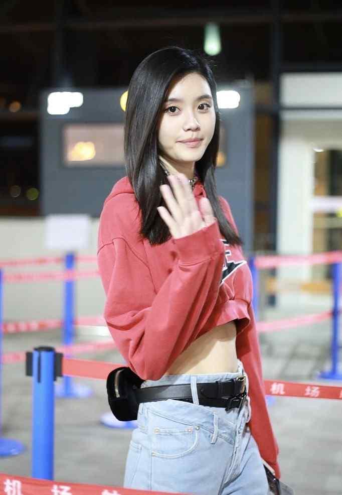 奚梦瑶红色露脐运动装性感机场写真高清手机壁纸