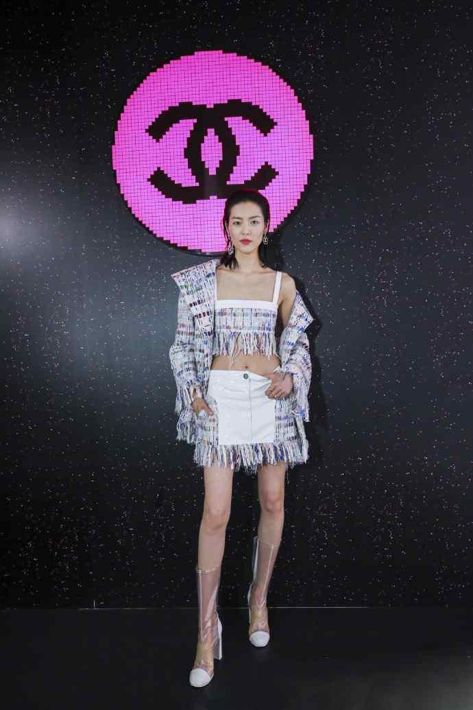 刘雯吊带短裙性感活动写真图片
