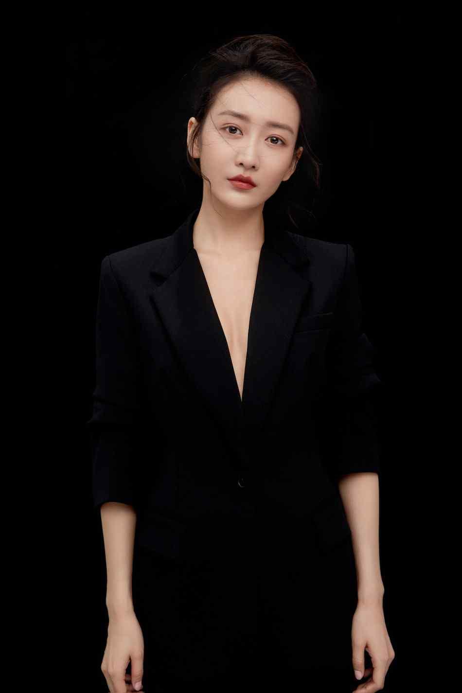 王鸥黑色西装干练御姐范高清写真