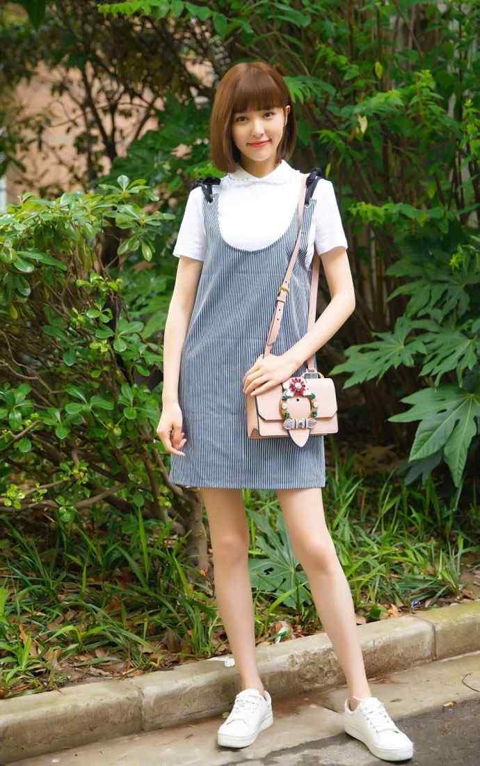 唐嫣小清新短发吊带裙甜美写真图片