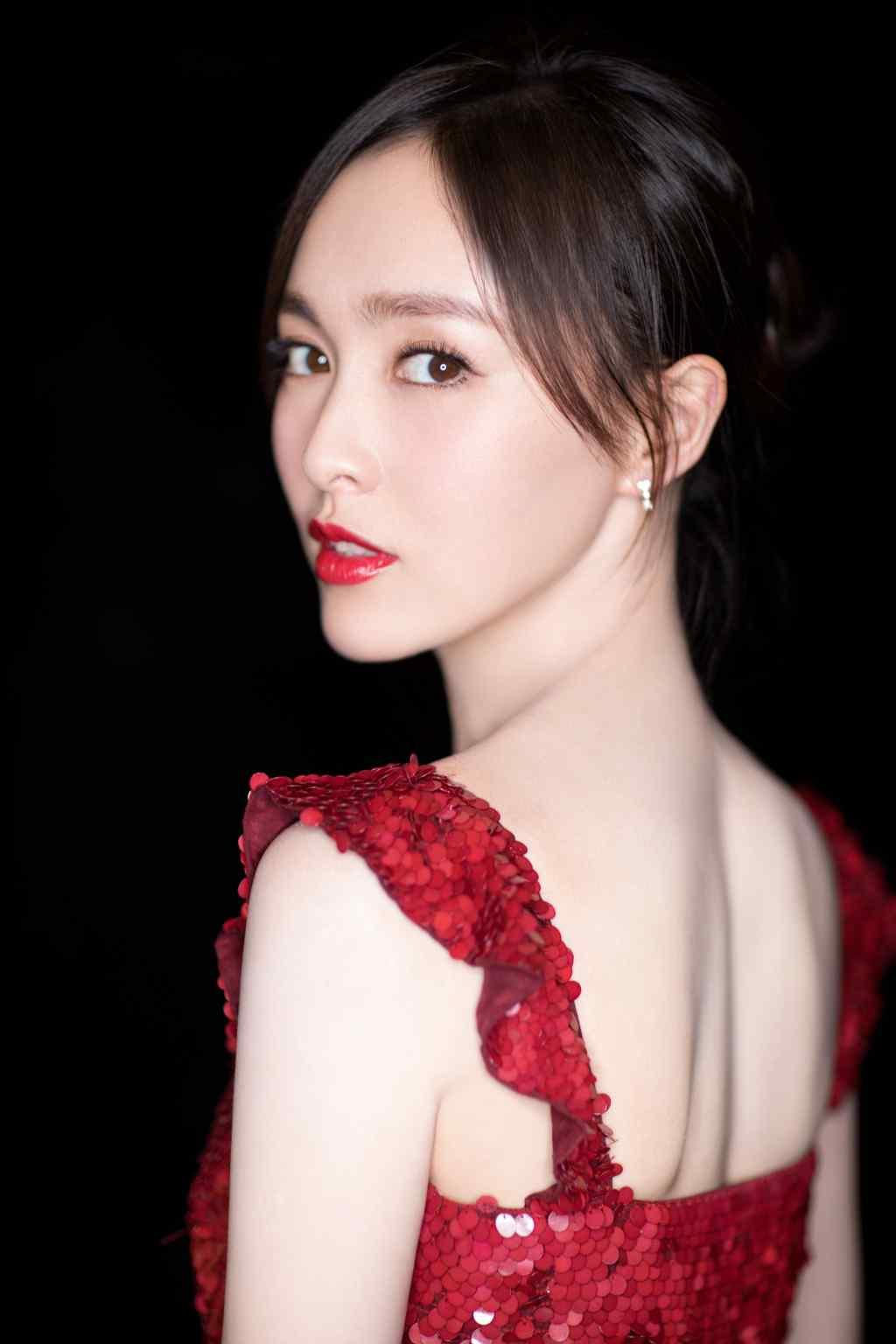 唐嫣低胸露背吊带红裙性感写真图片