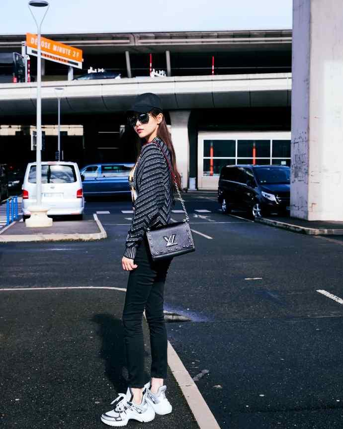 唐嫣冷艳性感机场街拍写真图片